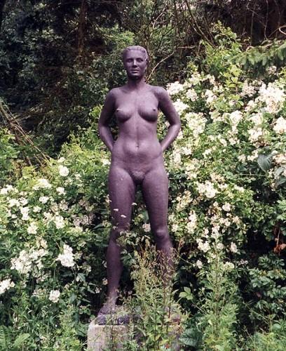 Fotograf: Eget fotoVærk  titel: Lone Værk  type: Skulptur Materiale: Bronce Størrelse: højde 185 cm.
