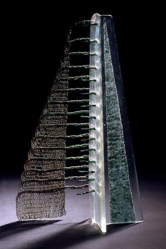 Fotograf: Ole AkhøjVærk  titel: Uden top Værk  type: Skulptur Materiale: Kobbertråd og glas Størrelse: 30x12x10 cm Færdiggjort: 1997