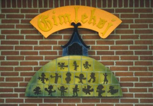 Fotograf: Eget fotoVærk  titel: Uden titel Værk  type: Udsmykning Materiale: Keramik på mineralfiberplade Størrelse: 150 x 100 cm Færdiggjort: 2001 Placering: Børneinstitutionen Gimlehøj