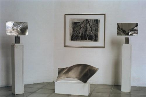 Fotograf: Rene AndersenVærk  titel: Udsnit af udstilling Værk  type: Monolitografi og skulptur Færdiggjort: 1997