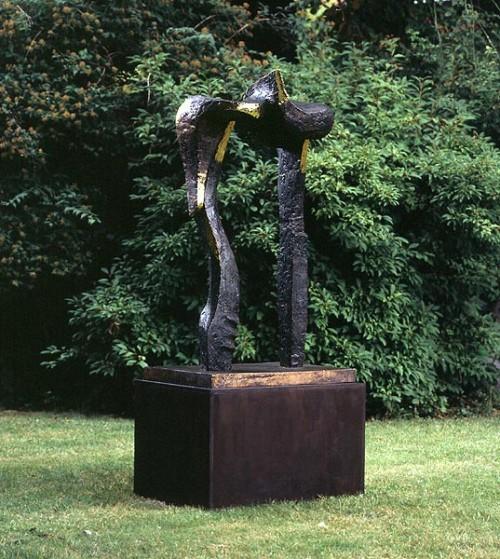 Fotograf: Jan RutkjærVærk  titel: Sammenholdets port Værk  type: Skulptur Materiale: Bronze Størrelse: 200x100x50 cm Færdiggjort: 1997