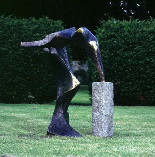 Fotograf: Jan RutkjærVærk  titel: Generationernes port Værk  type: Skulptur Materiale: Bronze/granit Størrelse: 150x150x100 cm Færdiggjort: 1997