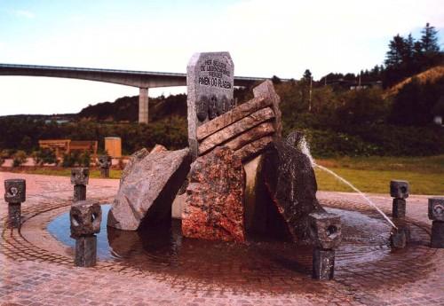 Fotograf: Jørn LützøstVærk  titel: Pinen og plagen Værk  type: Vandkunst Materiale: Granit Størrelse: Højde 270 - bredde 250 - dybde 350 cm Færdiggjort: 1993 Placering: Sallingsund Kommune